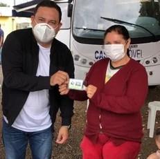 Médico veterinário, deputado Marcio Fernandes auxilia em castração e leva identificação animal a Costa Rica