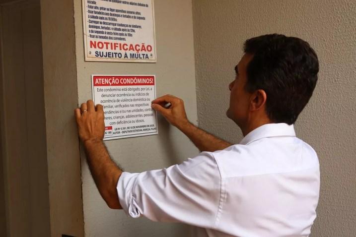 Marçal instala placas de campanha contra violência doméstica em condomínios