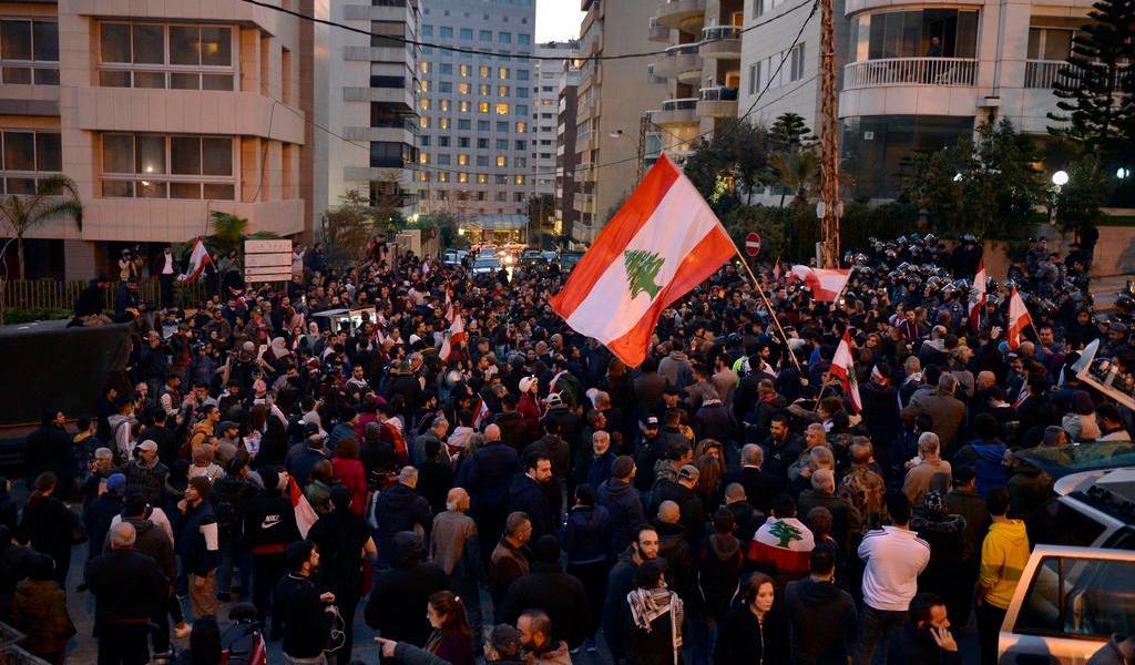 Vuelven libaneses a las calles para protestar; aún no hay Gobierno