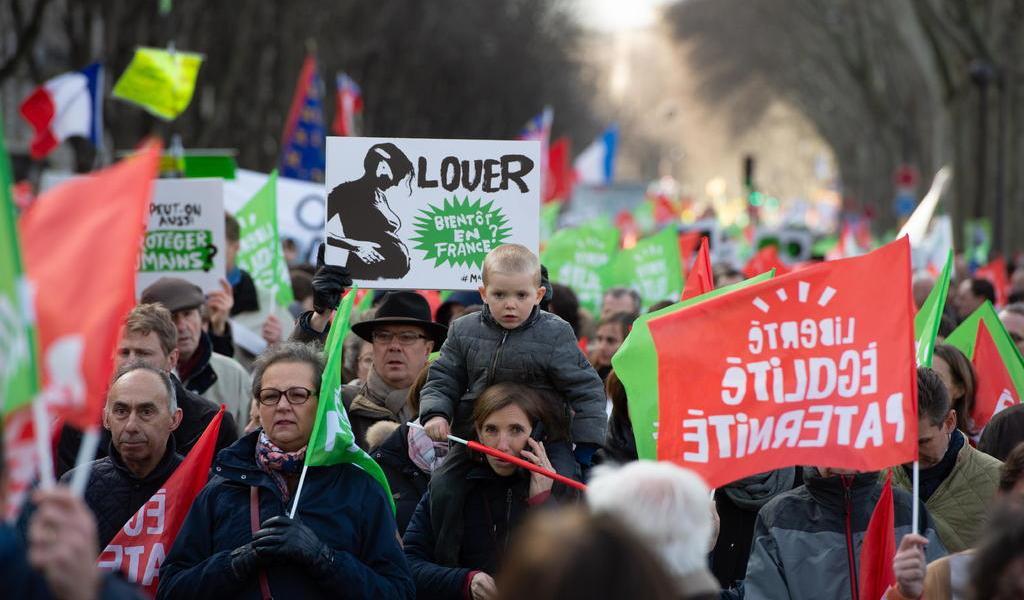 Se manifiestan miles de personas en París contra la reproducción asistida sin padre
