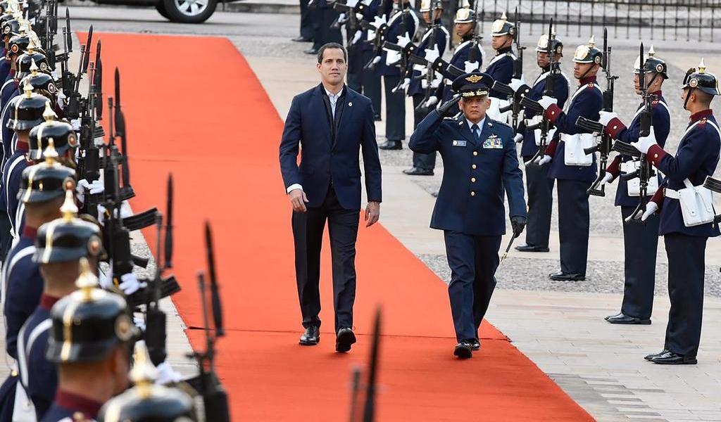 Desafía a Maduro y viaja a Colombia