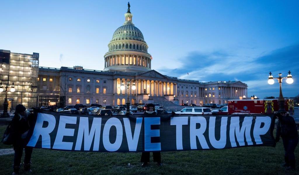 Ante el Capitolio, manifestantes piden la destitución a Trump