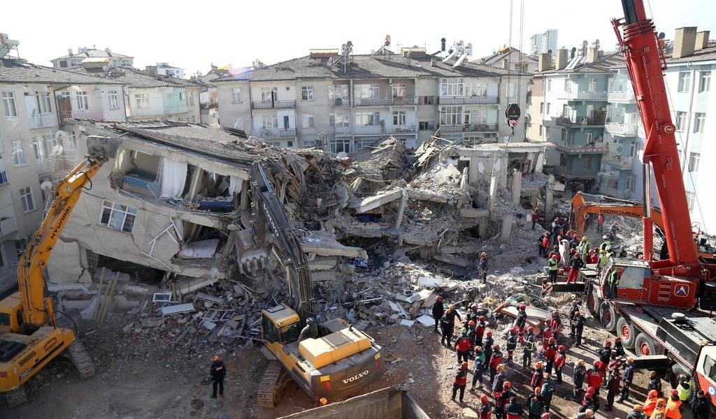 Suman 35 muertos por sismo en Turquía
