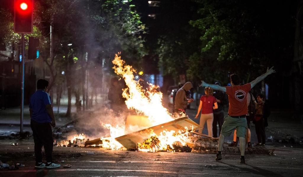 Nueva noche de disturbios en Chile deja un muerto y decenas de detenidos