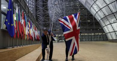 Retiran banderas del Reino Unido en edificios de la Unión Europea