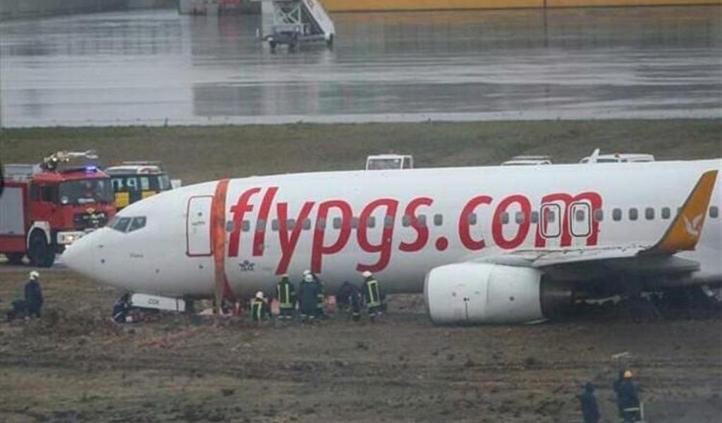Avión se sale de la pista, se incendia y se parte en un aeropuerto de Estambul