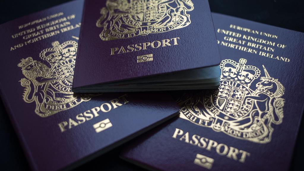Vuelve Gran Bretaña al pasaporte azul