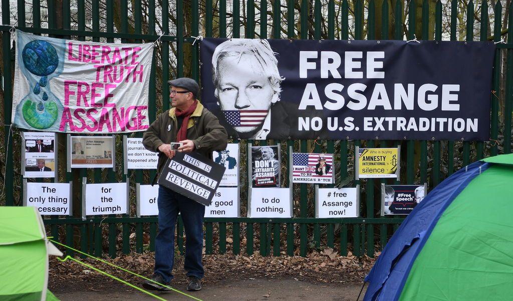 Posponen juicio de Assange a mayo