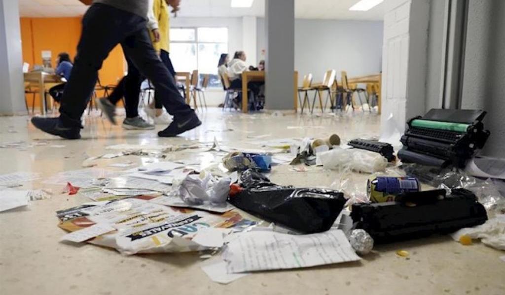 Trabajadores en huelga y estudiantes limpian por temor al coronavirus