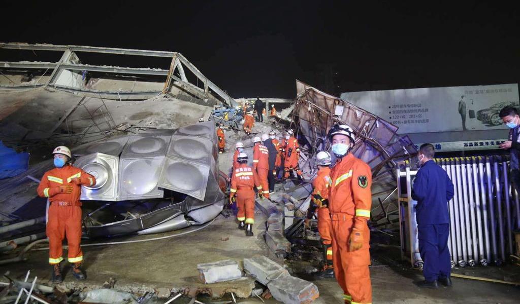 Siguen atrapadas decenas de personas tras derrumbe de hotel en China