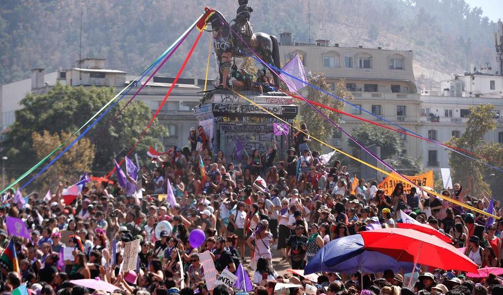 Reclaman igualdad con masiva manifestación feminista en Chile