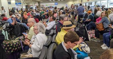 Restricciones ante coronavirus provocan caos en aeropuertos de EUA
