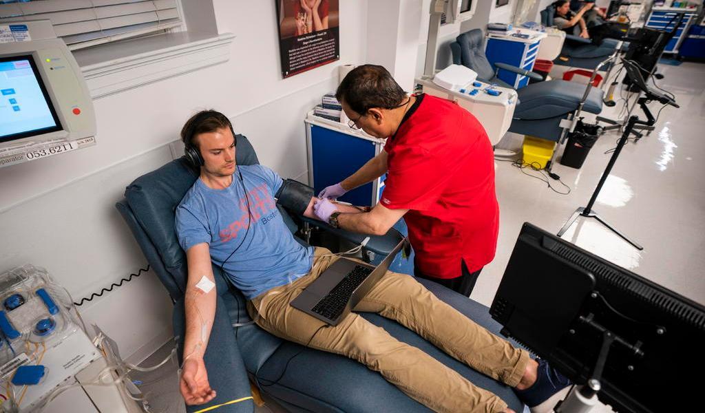 Estudian usar sangre de pacientes recuperados de COVID-19 como tratamiento