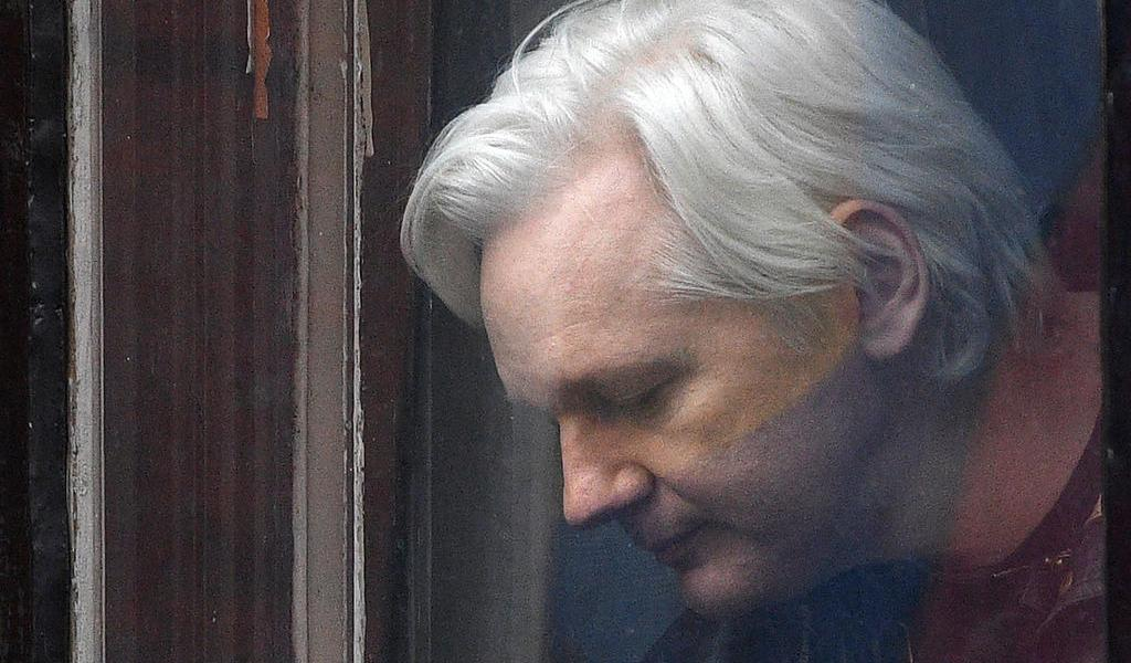 Pese a temores por coronavirus, tribunal niega libertad condicional a Assange