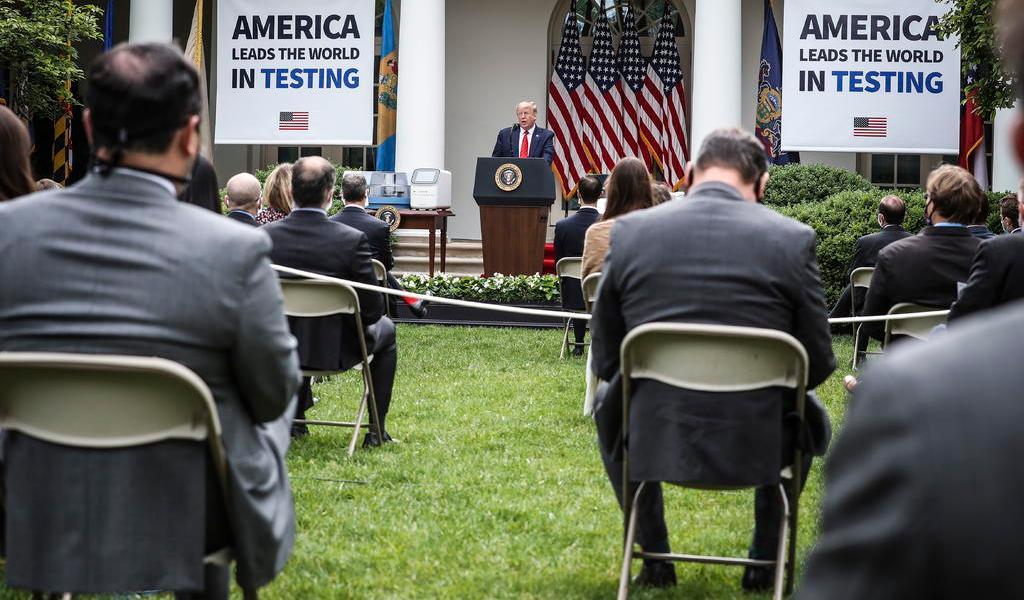 Ordenan uso de mascarillas en Casa Blanca, menos a Trump