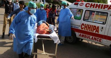 Se estrella avión con 99 pasajeros en zona residencial de Pakistán