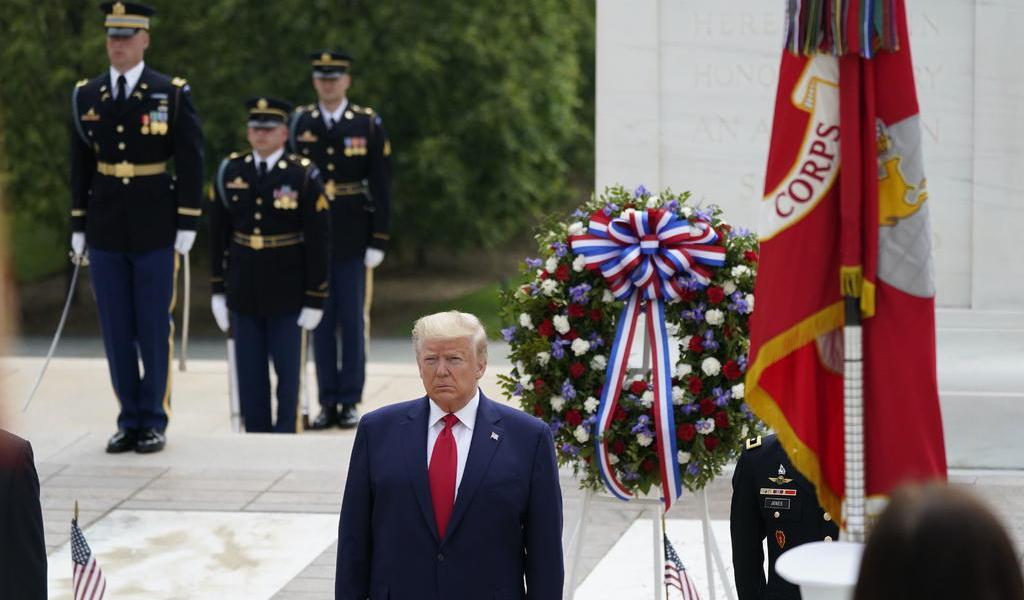 Trump conmemora el Día de los Caídos en Guerras en Arlington