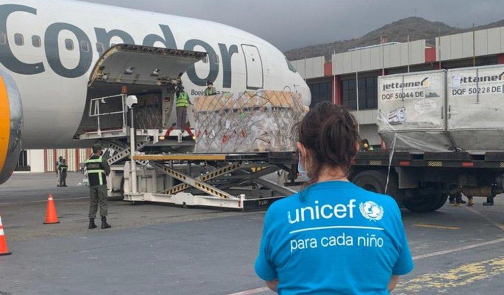 Llega avión con ayuda humanitaria