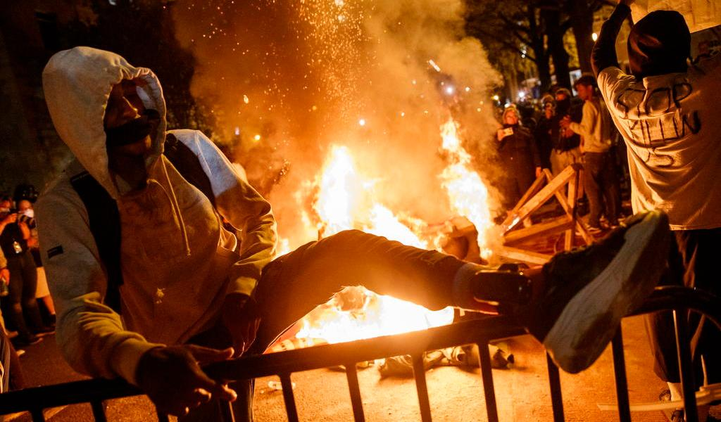 Violencia empaña otra noche de protestas en EUA