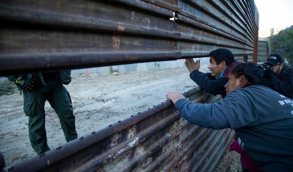 Supremo de EUA limita derechos legales de inmigrantes que pidan asilo