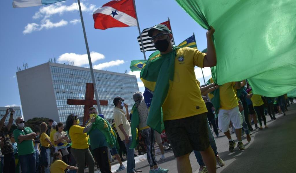Marchan simpatizantes de Bolsonaro para mostrarle su respaldo
