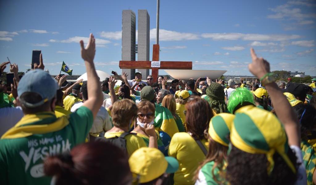 Simpatizantes marchan por salud de Bolsonaro
