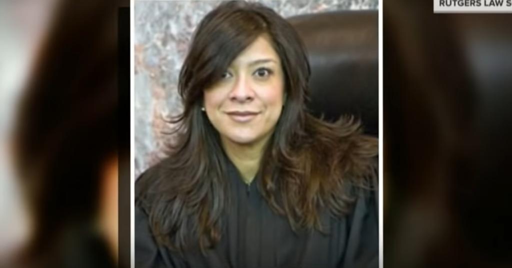 Presunto asesino lanza insultos racistas tras matar a hijo de juez latina