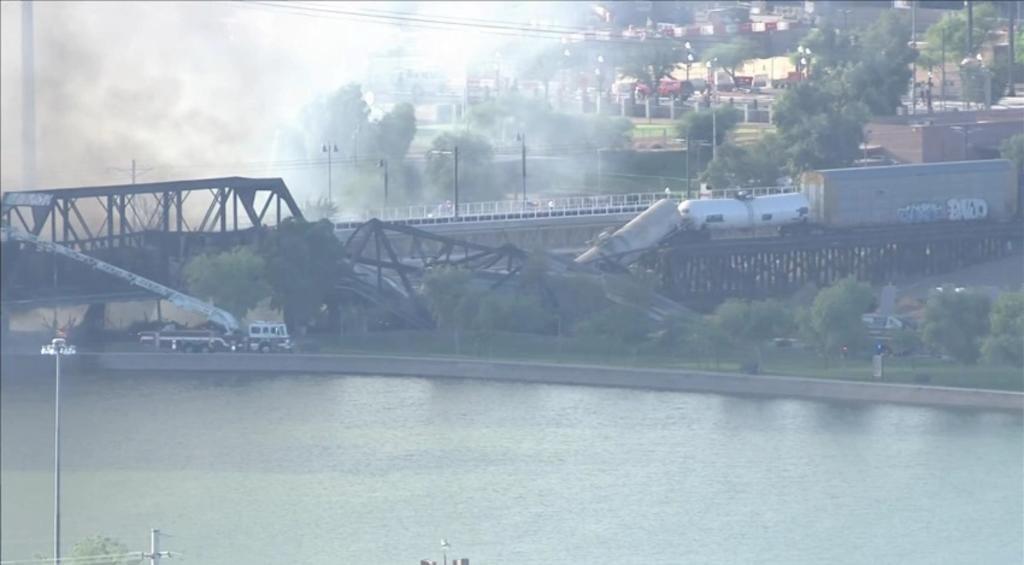Tren se descarrila sobre un puente en Arizona y provoca incendio