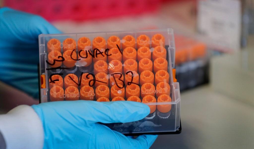 Inmunizan a cientos con fármaco experimental contra COVID-19 en Reino Unido