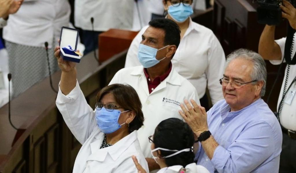 Médicos son condecorados en Nicaragua por atender la pandemia de COVID-19