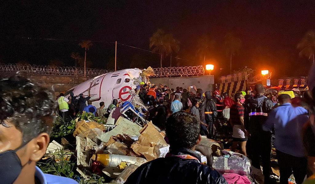 Suman 16 muertos tras accidente de avión en India