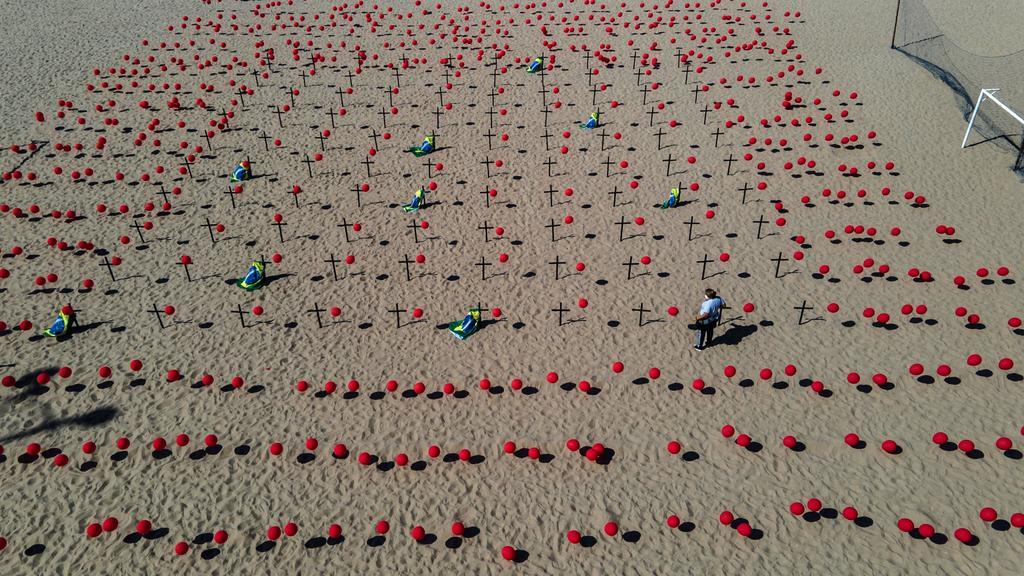 Homenajean a víctimas del COVID-19 en playa de Río de Janeiro