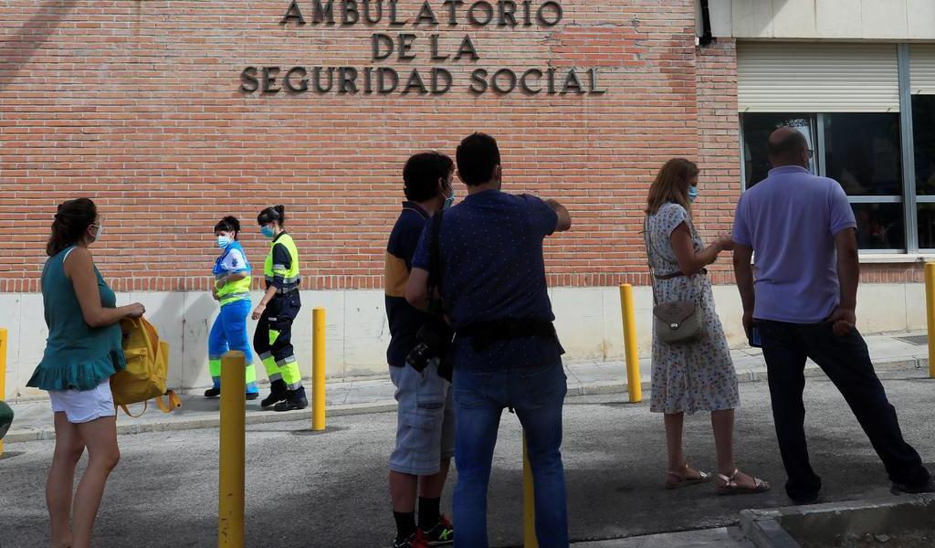 Crece COVID-19 en España; es el país europeo con más positivos por población