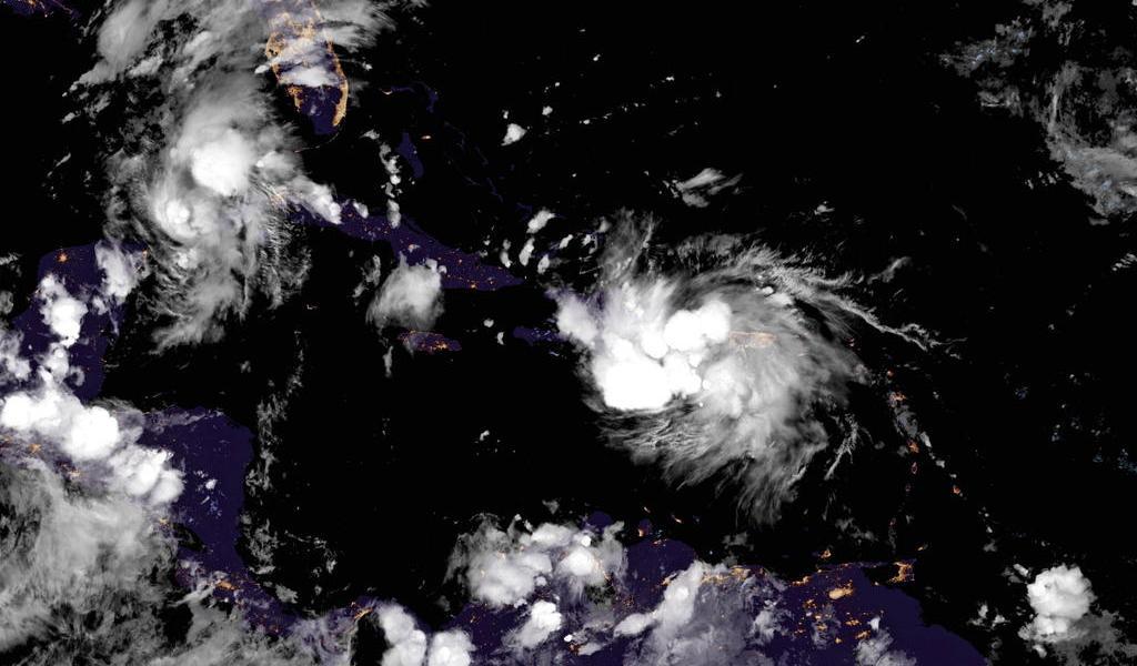 Se prepara EUA para posible impacto de dos huracanes