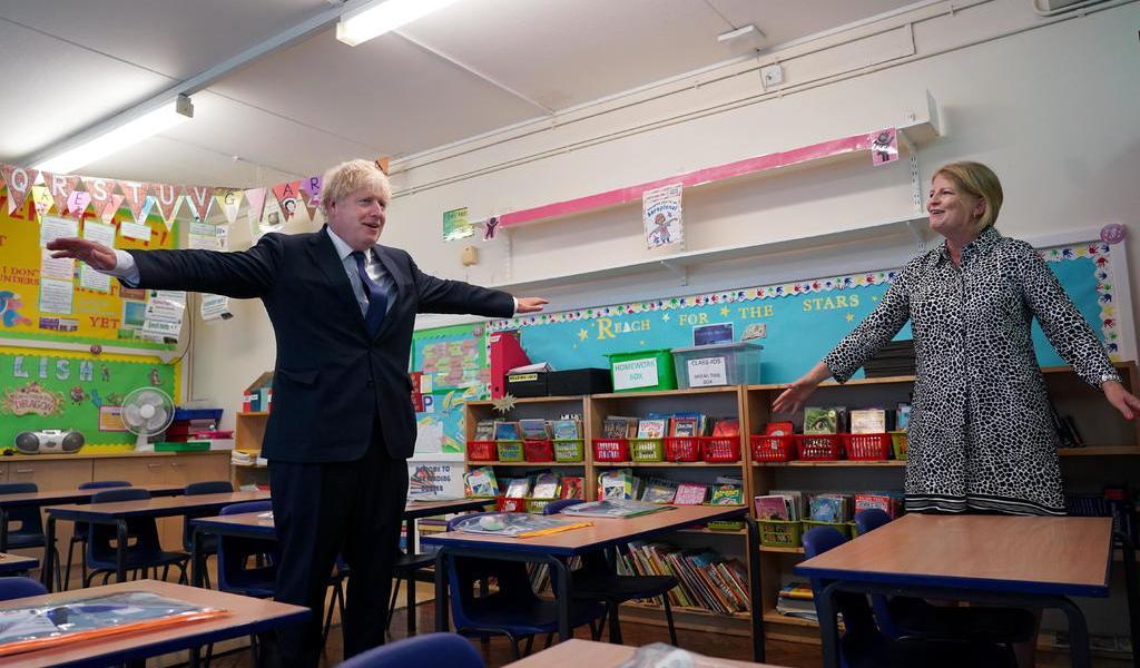 Johnson pide a padres regreso a las escuelas