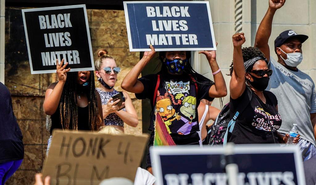 Policías balean a hombre de color en Wisconsin; se desatan protestas