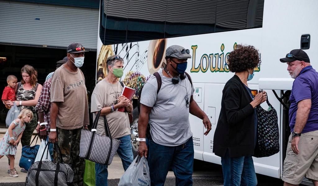 Evacuan a miles en EUA ante el posible impacto catastrófico del huracán Laura