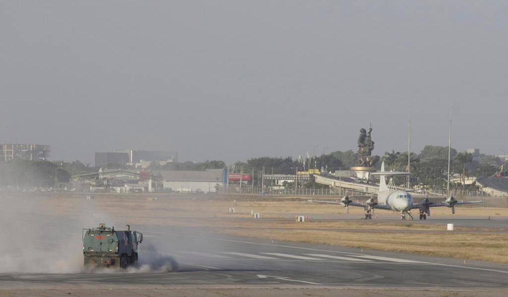 Ceniza de volcán en erupción paraliza aeropuerto en Ecuador