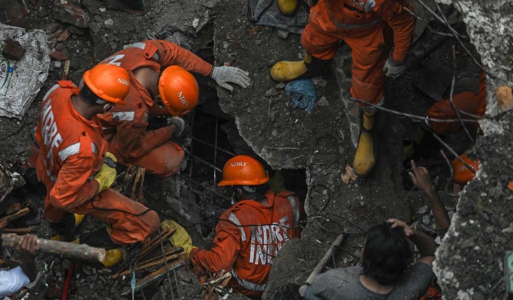 Derrumbe de edificio deja al menos 8 muertos en India