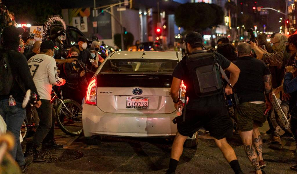 Conductores arrollan a manifestantes en protestas raciales en Hollywood