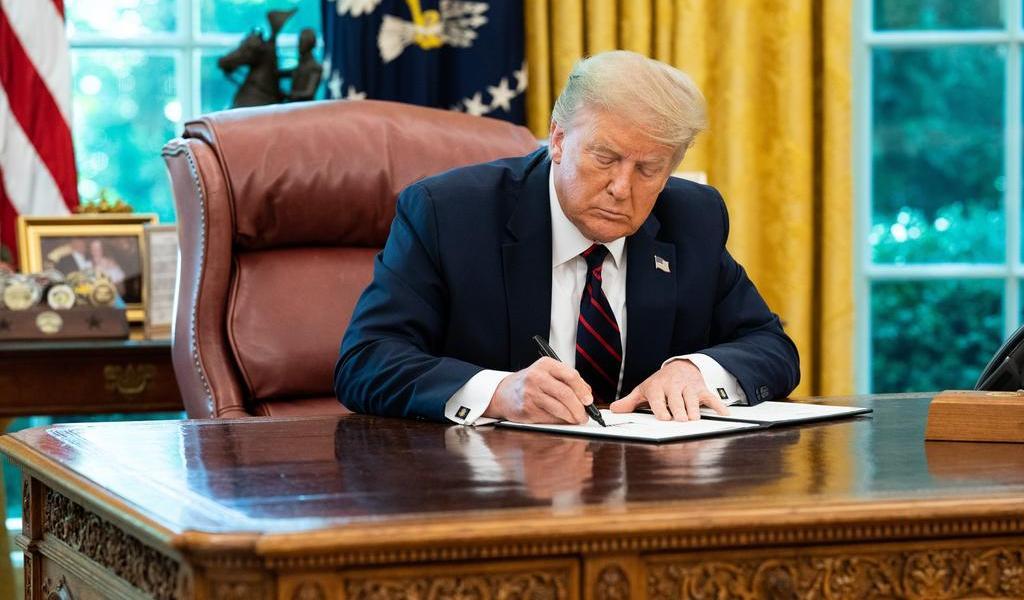 Trump vuelve a trabajar al Despacho Oval pese a su diagnóstico de COVID-19