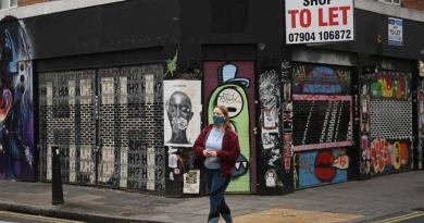 Oposición exige a Johnson un confinamiento corto por COVID-19 en Reino Unido
