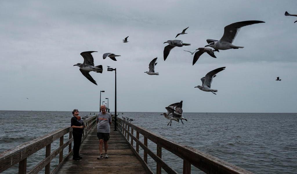 Huracán 'Zeta' se fortalece poco antes de tocar la costa sur de EUA