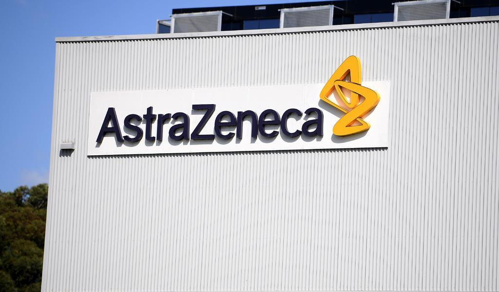 Acelera Reino Unido revisión de potencial vacuna contra COVID de AstraZeneca