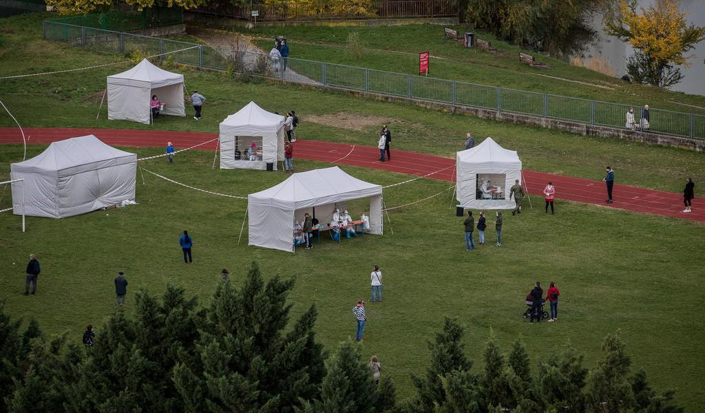 Eslovaquia hace pruebas COVID-19 al 66 % de su población en sólo dos días