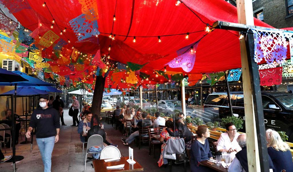 Reimpone Nueva York restricciones a los restaurantes; limita las reuniones