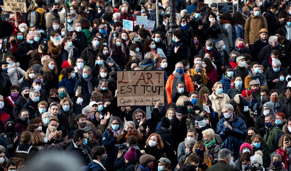 Trabajadores de teatros y cines protestan por cierres en Francia
