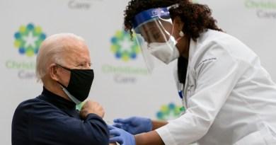 Biden se aplica vacuna contra COVID en público