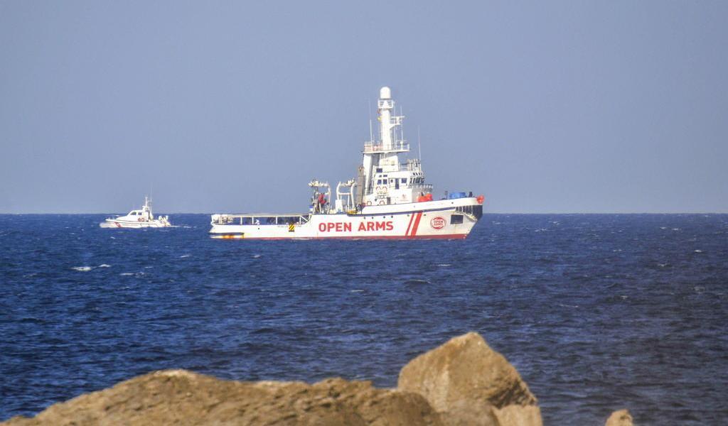 Permite Italia anclaje de barco con migrantes rescatados