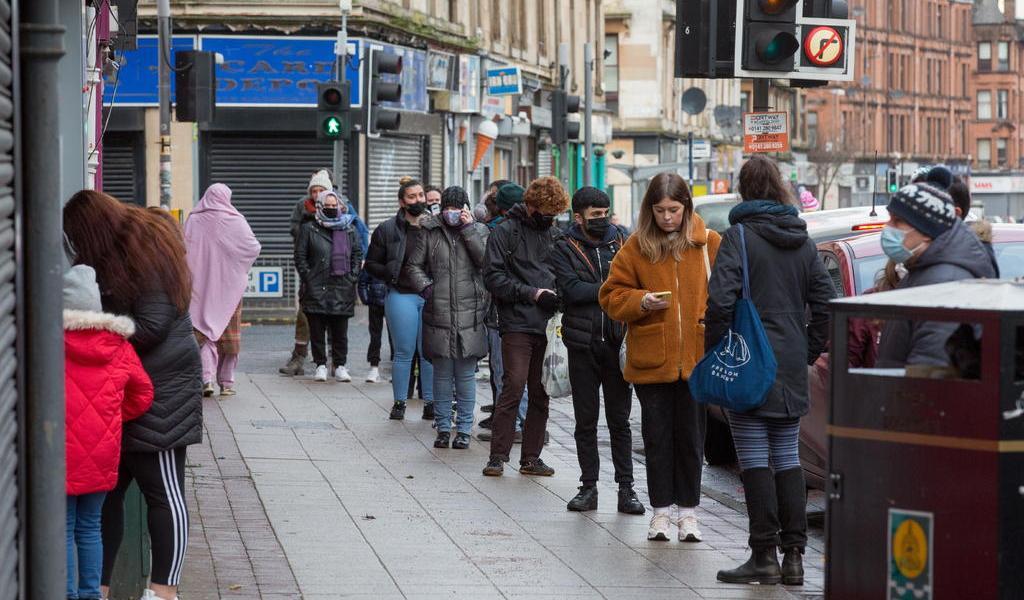 Contagios por COVID-19 llegan al récord de 60,916 en Reino Unido